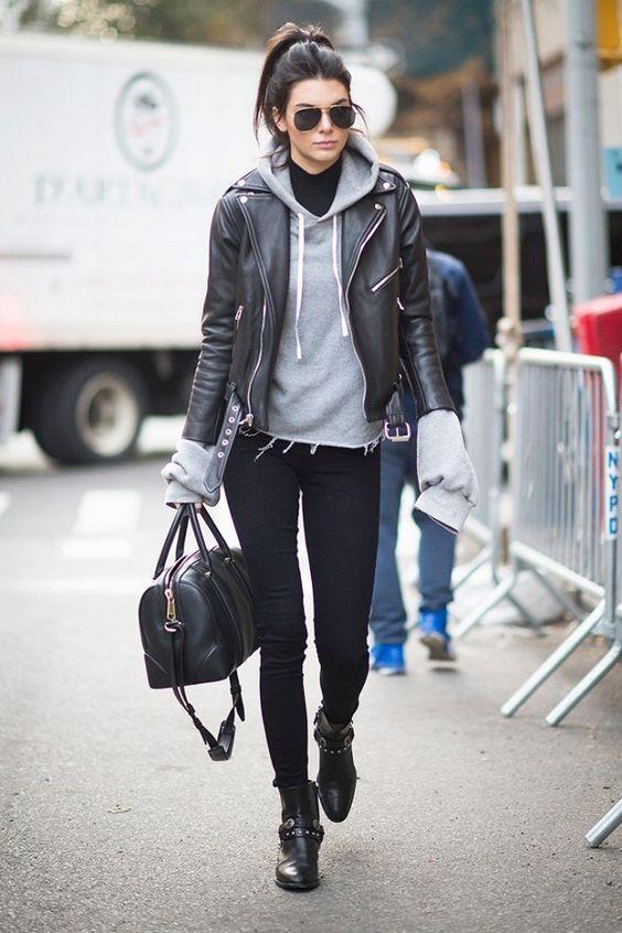 Kendall Jenner, moletom cinza, jaqueta de couro, calça skinny, ankle boot preta