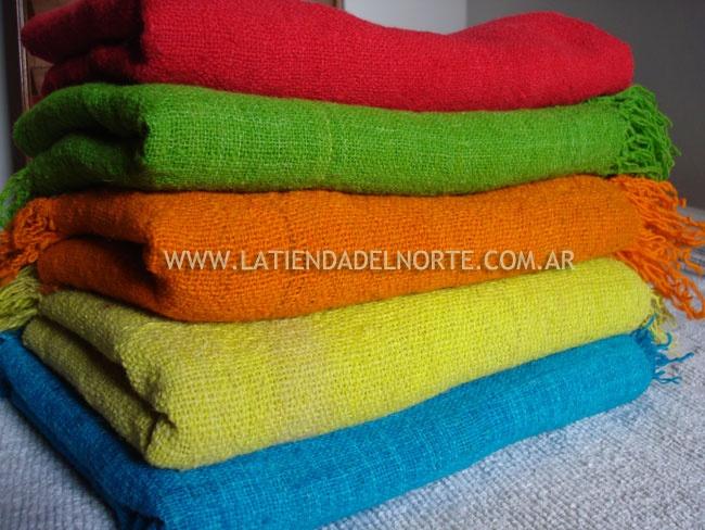 Pies de cama tejidos en telar con lana teñida naturalmente