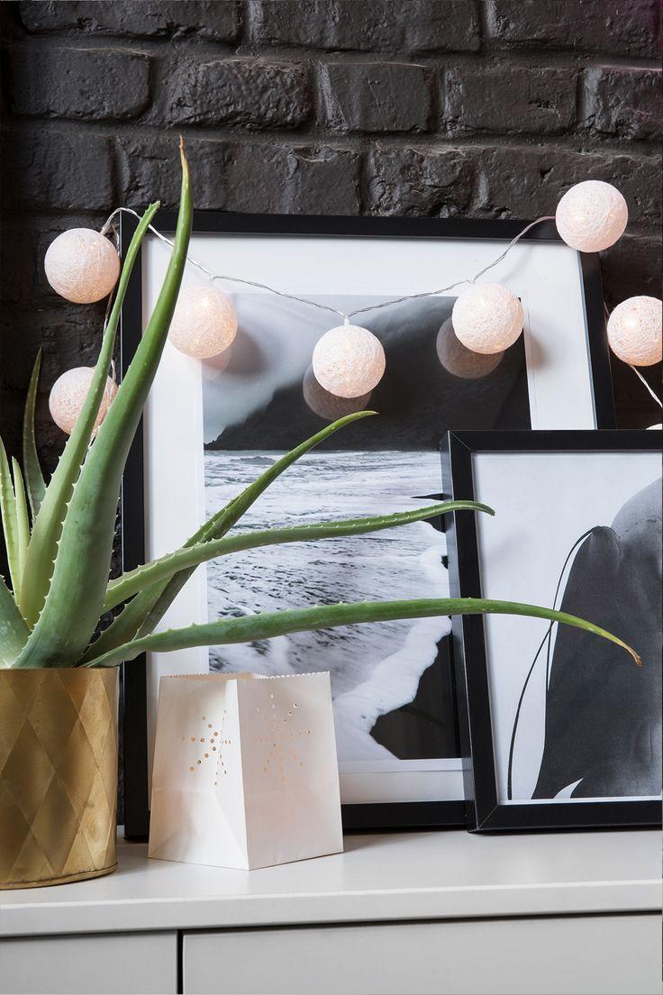 guirlande lumineuse led boule coton r chauffez votre int rieur indus sur les murs en brique. Black Bedroom Furniture Sets. Home Design Ideas