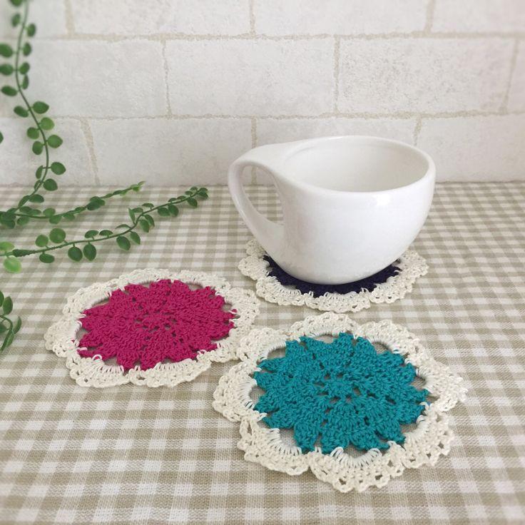 コットンレース糸で編みました。ハートが花びらのように並んでお花になっている可愛いコースターです。3枚セットになります。●カラー:ネイビー、マゼンタ、エメラルドグリーン●サイズ:直径10cm●素材:綿100%●注意事項:1枚ずつ丁寧に編ませていただいています。ハリを出すため、アイロン用のり剤を使用しています。洗濯できますが手洗いをオススメ致します。洗濯機使用すると早く劣化すると思われますのでご了承ください。●作家名:amiami♡358コースター/かぎ針編み/ 飲み物の下に敷く/インテリア雑貨/手編み/可愛い/おしゃれ/かわいい小物/おしゃれなカフェ/オシャレ/魅力的/毎日使える/お買い得/ コースターマット /レース/テーブル/シンプル/キッチン雑貨【配送】ゆうパック(保証・追跡サービスあり)レターパック(保証なし・追跡サービスあり)定形外郵便物…
