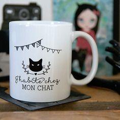 Le mug j'habite chez mon chat personnalisable