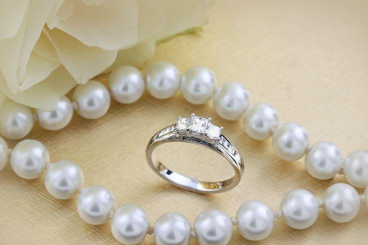 Inel de Logodna cu 3 Diamante Dama Aur Alb 18kt cu 3 Diamante Princess & Diamante pe Margini - RD111W