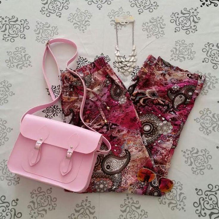 Look: calça estampada rosa + colar + bolsa Croisfelt satchel carteiro transversal rosa chiclete  11'' #look #colorido #mulher #fashion #moderna