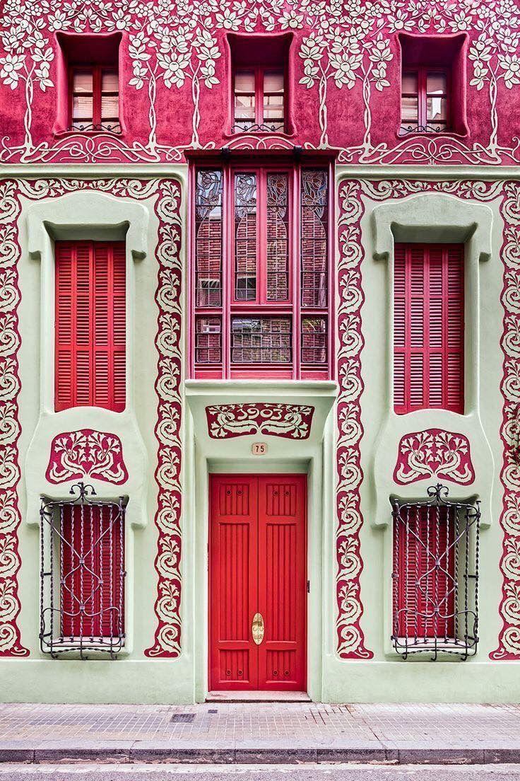 Een roze Art Nouveau deur in Barcelona, Spanje.