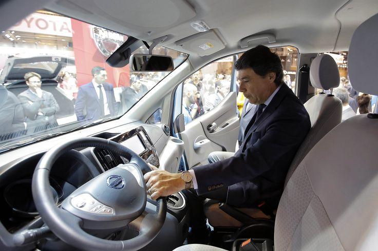 El presidente de la Comunidad de Madrid, Ignacio González, acudió hoy al Salón del Automóvil 2014 en IFEMA.