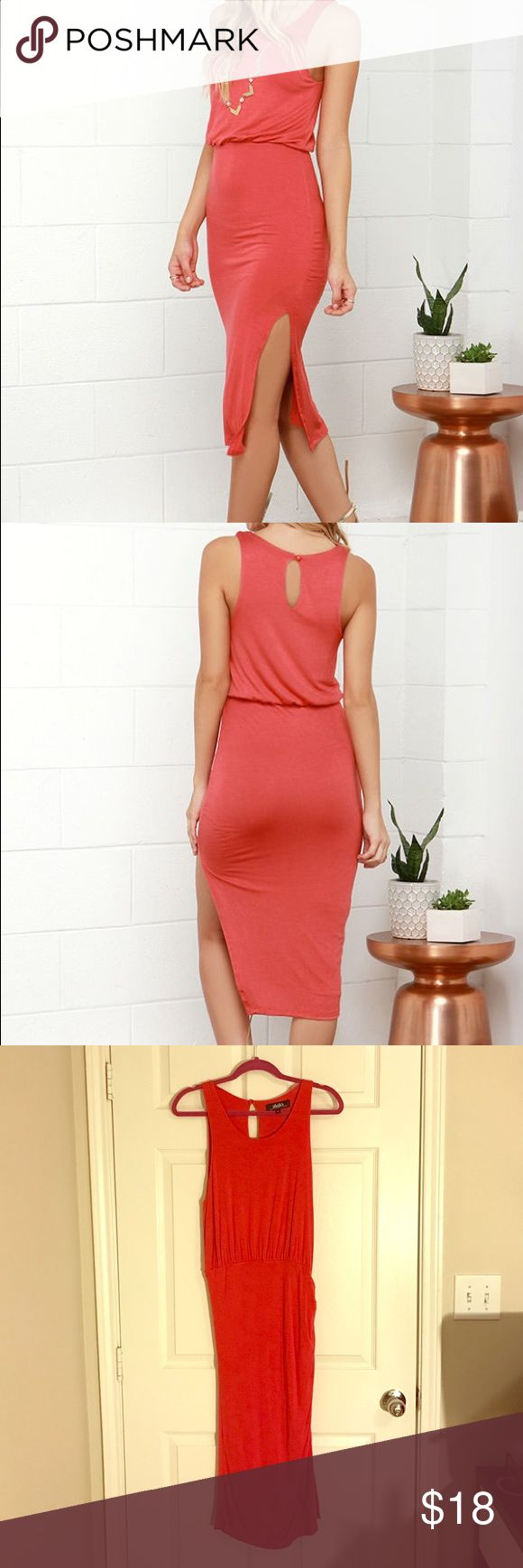 Lulu's side slit midi coral dress Super comfortable and easy to dress up or down w diff shoes and accessories. Side slit and side ruching. Only worn 2 times. Awesome condition. Lulu's Dresses Midi