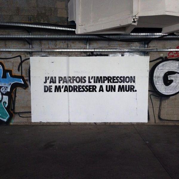 À Paris, les lieux publics s'adressent aux passants grâce à des phrases taggées au sol et sur les murs