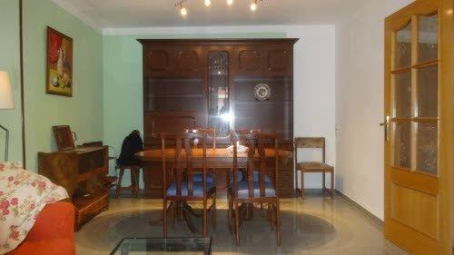 Piso en #venta en #Horta    83 m2. Oportunidad. Piso en venta en pasaje muy tranquilo. Ascensor. Zona de día y de noche. Amplio salón comedor. Terraza de 6 m2, cocina independiente con galería. 3 dormitorios (2 dobles y 1 individual) exteriores, con bonitas vistas. Carpintería de aluminio. Buen estado.    ☎ TC FLATS [934 145 236][info@tcflats.com][Copèrnic 44-bajos Barcelona 08021]  http://qoo.ly/dxypu