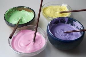 Zelf glazuur maken als versiering op vers gebakken cupcakes!