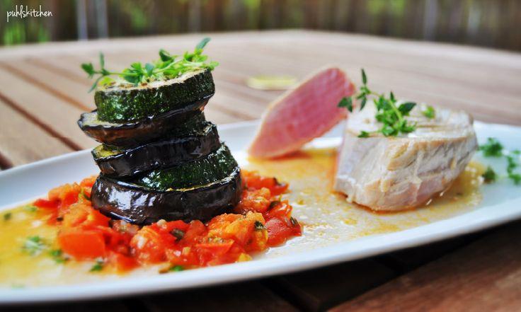 Thunfischfilet mit Aubergine-Zucchini-Türmchen an Tomatenconfit