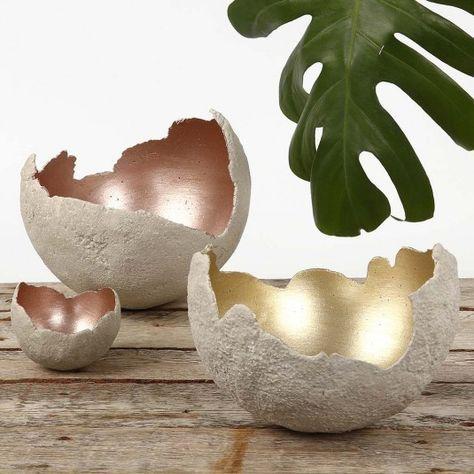 Skåle af store runde skaller i beton - De viste skåle er store, runde skaller, der er støbt med hobbybeton på balloner. Efter hærdning er de hver malet indvendigt med metalmalingen, Art Metal.