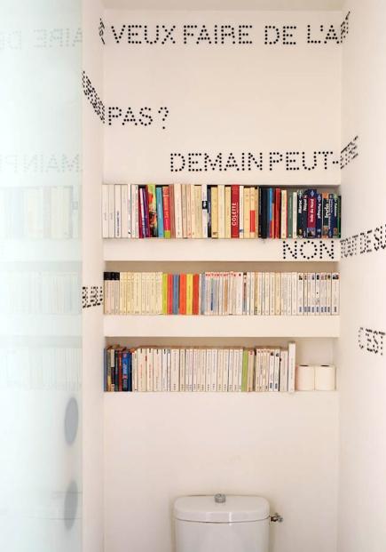 """Les toilettes comme bibliothèque secondaire pour des """"poches"""" (mais sans les textes!)"""