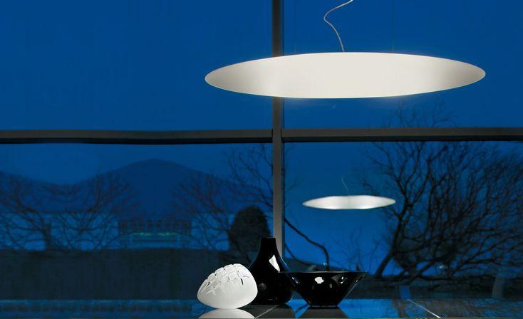 ASTRA Lampade da soffitto, applique, plafoniera e piantana con paralume in polietilene bianco. Piantana con base in acciaio cromato.