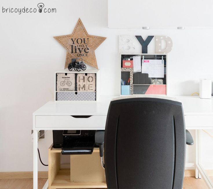 vitrina expositora convertida en un planificador para escritorio