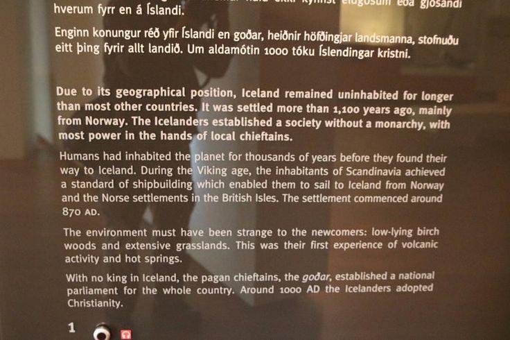 Musée national d'Islande - Reykjavik - 3) EXPOSITION PERMANENTE 800-1000 AD: Les humains ont habité la planète depuis des millions d'années avant de trouver leur chemin vers l'Islande. Au cours de l'époque des Vikings, les habitants de la Scandinavie ont atteint un niveau de la construction navale qui leur a permis de naviguer de la Norvège à l'Islande et des colonies scandinaves dans les îles britanniques. Le peuplement a commencé vers 870 AD.