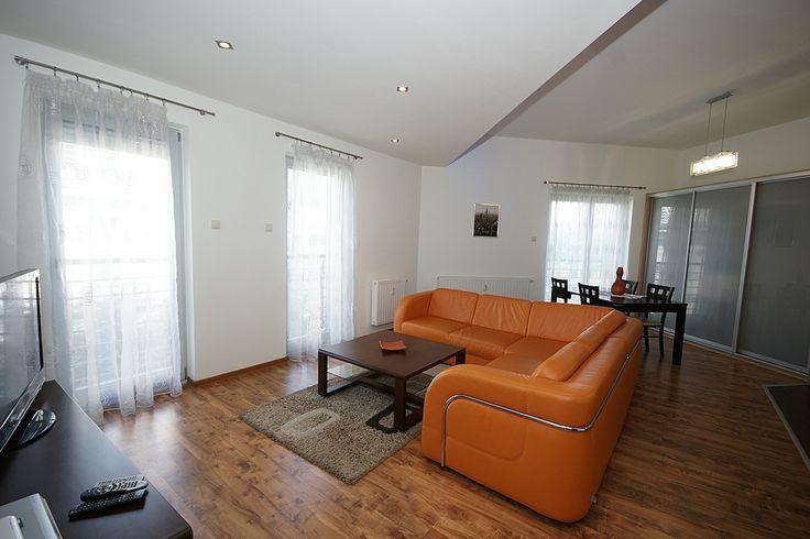 Dwupokojowe mieszkanie usytuowane w trzykondygnacyjnym kamerlanym kompleksie mieszkalnym - Osiedlu Pastelowym w Katowicach.  Przestronny salon z panoramicznymi oknami, w którym ustawność  i oświetlenie stwarzają optymalną przestrzeń dla mieszkańców