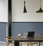 Un mur bleu gris associé à un liseré bleu profond dans une chambre - Marie Claire Maison