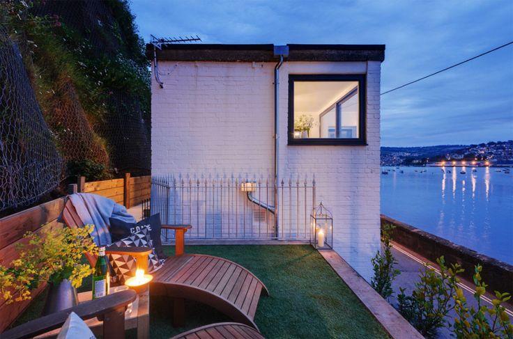 บริเวณข้างบ้านชั้นบนปูหญ้าและมีชุดเก้าอี้ไว้นั่งดูดาวริมทะเล บรรยากาศคงโรแมนติกน่าดูเลยครับ