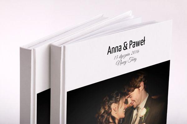 Fotoksiążka którą pokochasz  Obiecujemy że nasza fotoksiążka stanie się Twoją ulubioną książką.   Ile wspaniałychzdjęć ląduje w zapomnianym folderze na dysku komputera albo w zakurzonym albumie? Twoje ulubione zdjęcia mogą być wydobyte na światło dzienne za