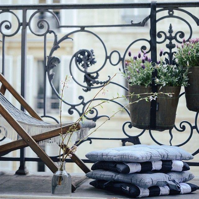Des BACSAC suspendus sur un balcon à Paris ! Ca sent bon la lavande !
