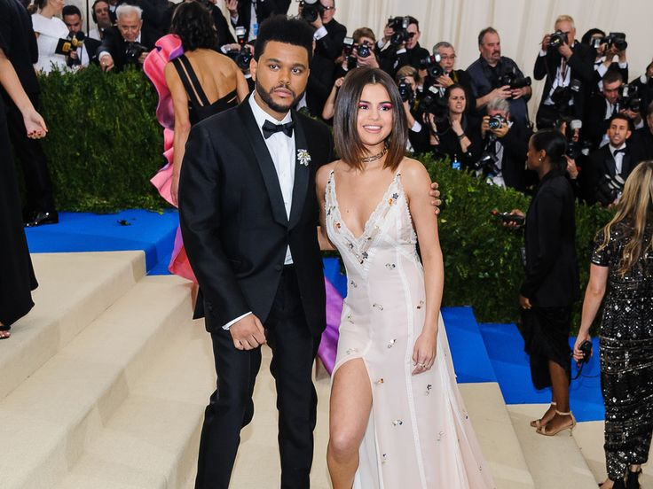 Nach nur zehn Monaten ist bei Selena Gomez und The Weeknd schon wieder alles aus. Und offenbar hat der Musiker den Schlussstrich gezogen – am Telefon. Justin Bieber soll aber nicht schuld sein am Liebes-Aus. Sie waren das Musiker-Traumpaar schlechthin: Selena Gomez (25,...
