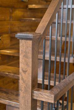 Limon central en bois. Main 2200. Poteau Citadin, barreau T010. Marche carrée. Merisier