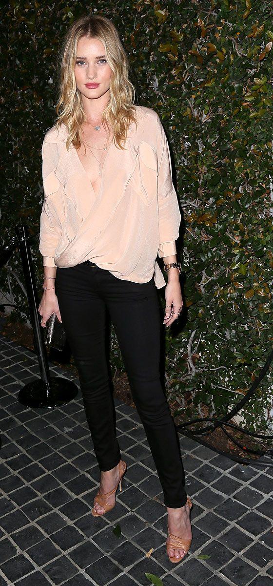 Rosie Huntington-Whiteley con unos jeans de Mother Denim, zapatos de Brian Atwood y joyería de Jacqui Aicheen la fiesta de lanzamiento de la Blackberry Z10, en los Ángeles, California.