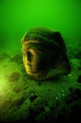 This granite head (80 cm) is attributed to Caesarion (Ptolemaios XV), son of Cleopatra VII and Julius Caesar. It is part of a statue of about 5 metres in height and dates from the 1st century BC. It was found in Alexandria's ancient harbour opposite the island of Antirhodos.