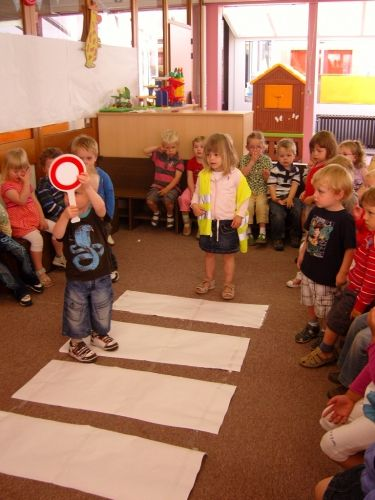 PreSchool Class Blog in Netherlands ... what a fantastic job this school does in teaching pre-k about everyday life ... this is the tut on using a cross walk, but there are others on how to ride a bike, exploring the neighborhood and dangers of the street [like cars] ect
