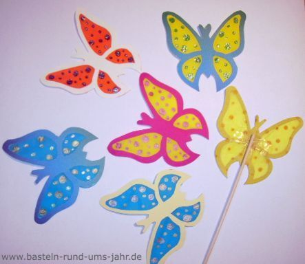 Basteln rund ums Jahr | Bunte Schmetterlinge aus Ton- und Transparentpapier