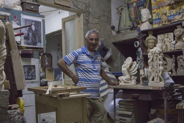 """"""" E' da quando sono piccolo che realizzo opere in pietra.. molti dei capitelli e dei cornicioni negli antichi palazzi della città li ho fatti io.. Adesso lavoro molto meno con il comune e posso dedicarmi ai miei lavori.. Vedi, questo è il mio regno.. qui posso fare davvero ciò che mi piace.. nelle mie sculture racconto un pò quello che sono e un pò la società in cui vivo… quest'ultima scultura per esempio si chiama Europa…"""""""