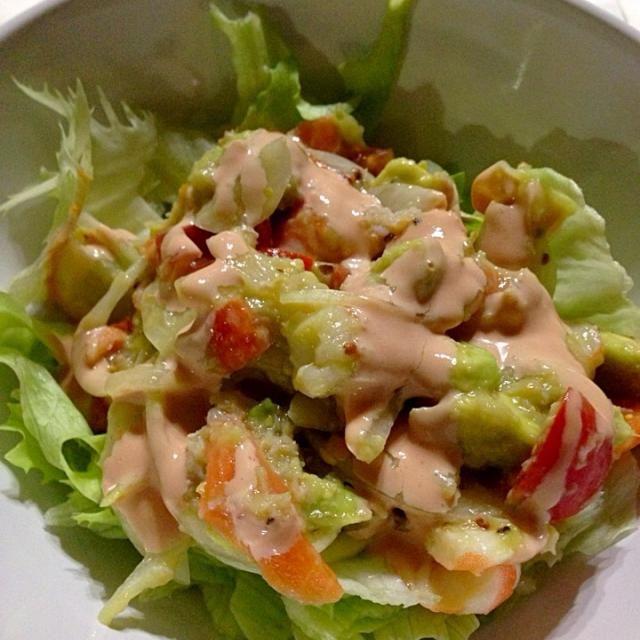 海老、蟹、スモークサーモン アボカドをイタリアンドレッシングであえて、オーロラソースをかけてみました! - 9件のもぐもぐ - 魚介とアボカドのサラダ by tarokobayaRHb