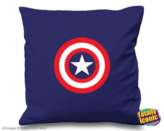 Captain America - oreiller / coussin couverture - Avengers inspiré  Présentation de notre gamme inspiré aux Avengers - bouclier de Captain America. Un «must have» pour tous les Fans de Avengers avide! Un grand cadeau ou à ajouter à une collection - regardant bien dans n'importe quel cadre décoratif! -Un ajout facile d'entretien gai à canapés, lits et chaises.  Voir notre fiche pour ensemble de 4 - Captain America/Hulk/Iron Man et Thor   S'il vous plaît jeter un oeil à notre gamme…