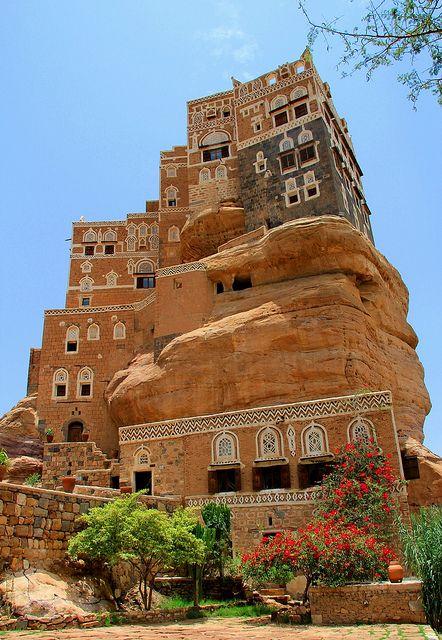 Rock Palace, Sana, Yemen. La República de Yemen (o también del Yemen) es un país bicontinental situado en Oriente Próximo y en África. Su parte asiática está situada en el Mashreq, al sur de la península de Arabia, rodeado por el mar Arábigo, el golfo de Adén y el mar Rojo, en Asia. La isla de Socotra está en África. Comparte fronteras con Omán y Arabia Saudita. Su capital es Saná.