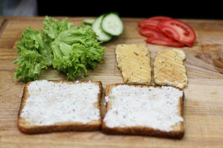 За еду: вегетарианские блюда от Vegano Hooligano | Сэндвич с тофу-гриль и черной солью