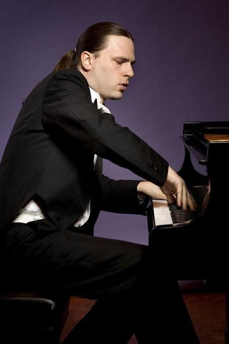 Pianist Markus Groh gained immediate world attention after winning the Queen Elisabeth International Competition in 1995, the first German to do so. He played recently on the Hayes Piano Series at Kennedy Center, in addition to concerto performances with the Harrisburg Symphony and the Florida Orchestra, which completed his performance of the entire cycle of the Bartók piano concertos under the direction of Stefan Sanderling. He made a sensational debut with the St. Louis Symphony in 2014