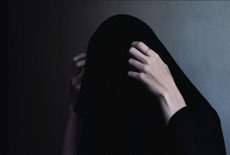 """""""Les gens forts, pleurent la nuit, souris le jour, ne dévoilent pas tout a leurs amis et leurs parents ne savent rien..."""""""