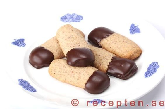 Recept på chokladcigarrer. Nötkakor doppade i choklad. Goda klassiska småkakor.