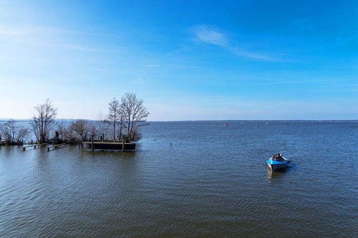 Das Steinhuder Meer liegt in der Region Hannover. Es bietet viele schöne Fotomotive. Angefangen von Booten, Vögeln bis hin zu wundschönen Sonnenuntergängen.
