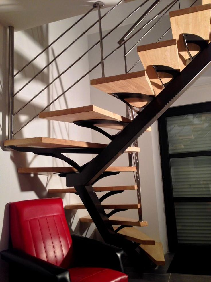 Escalier métallique demi-tournant sur limon central. Architecture et décoration contemporaine. Art Métal Concept - Quimper