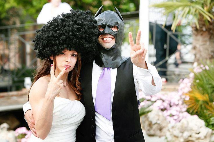 Sposa con parrucca afro e sposo con maschera da Batman | Bride wearing ad afro wig, groom with a Batman mask