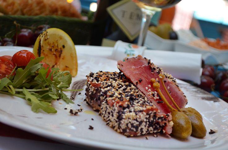 Tunafish steak in mustard-sesame crust