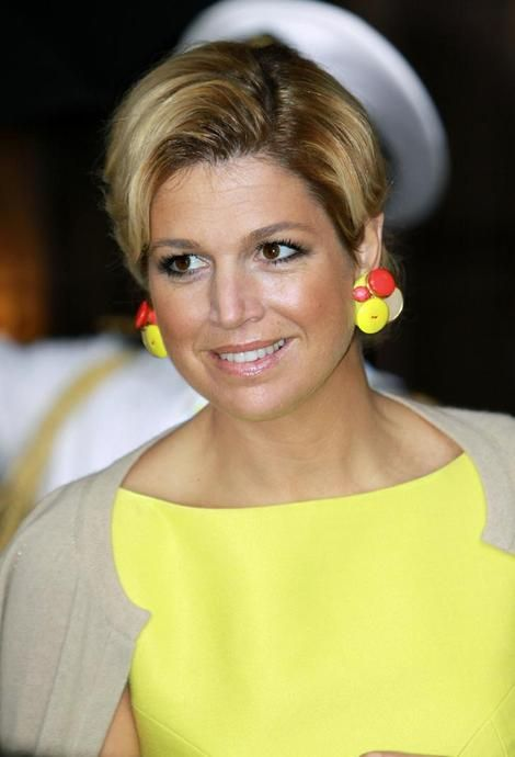 Very few women can carry odd this bright lemon yellow color -- Queen Maxima can.