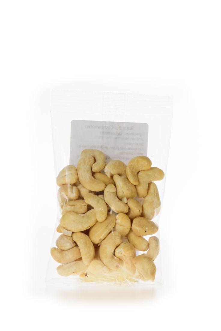 Cashewnoten Bio. De cashewnoot is een van de meest gegeten noten ter wereld. Deze cashewnoot is geschikt als een heerlijke snack of smakelijk ingredient van maaltijden. In bijvoorbeeld rijstgerechten, salades en smoothies zijn cashewnoten erg lekker. Maak eens een smoothie met kokosmelk, banaan, mango en een handje cashewnoten.   Handige snackverpakking!