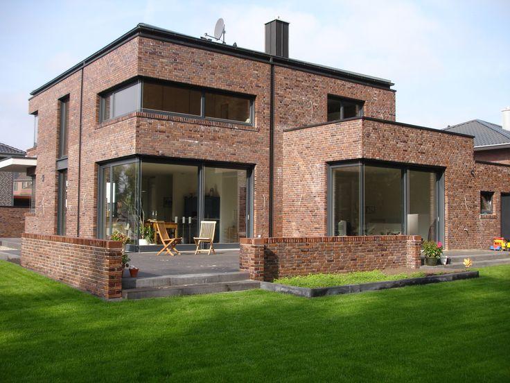 Der Außenbereich mit Mauergestaltung und Terrasse wurden im ...
