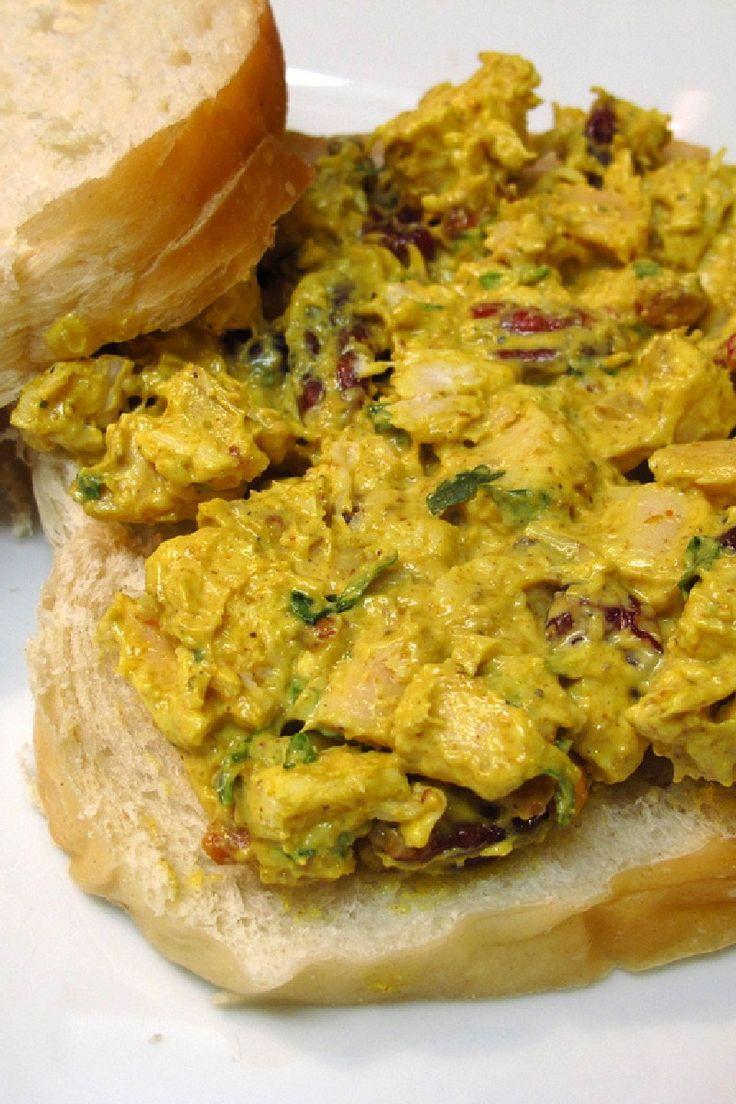 Fruity Curry Chicken SaladIngredientes para 8  4 pechugas de pollo cocidos y cortados en cubitos 1 tallo de apio , cortado en cubitos 4 de cebolla verde picada 1 manzana golden delicious , peladas, sin corazón y cortadas en dados 1 / 3 taza de pasas de oro 1 / 3 taza de uvas verdes sin semillas , cortadas por la mitad 1 / 2 taza de pacanas , tostadas y picadas 1 / 8 cucharadita de pimienta negro , planta 1 / 2 cucharadita de curry en polvo 3 / 4 taza de mayonesa light