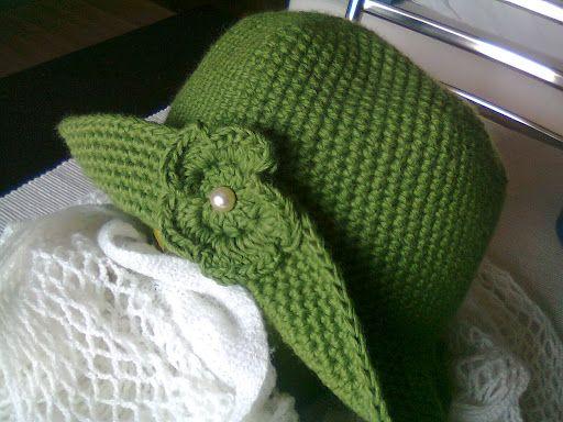 Cappellino retrò in lana verde con fiore.