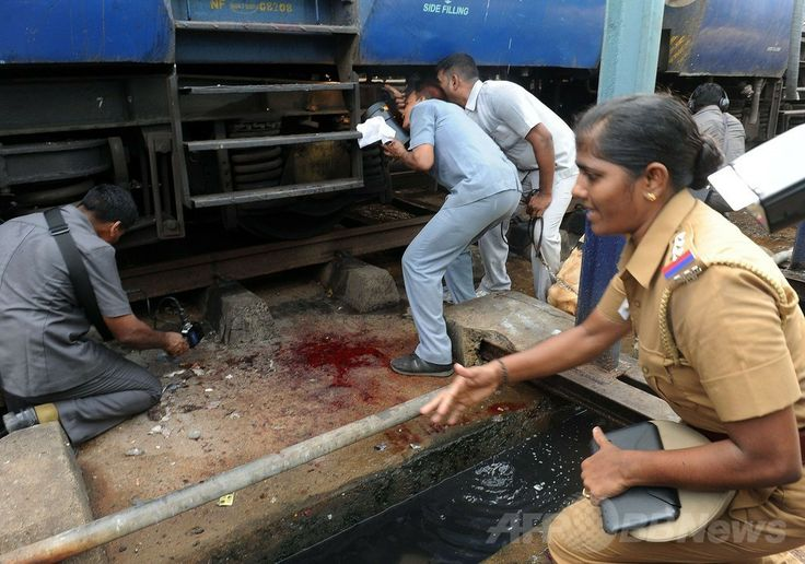 インド南部チェンナイ(Chennai)の駅で、爆発があった現場を調べる警察官(2014年5月1日撮影)。(c)AFP ▼1May2014AFP|チェンナイ中央駅で爆発、女性1人死亡 9人負傷 インド http://www.afpbb.com/articles/-/3014021 #Chennai #Chennai_station