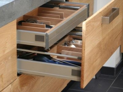 Koak Design maakt een keuken op maat, gebaseerd op de ikea method kasten. Massief eiken deuren en lade fronten, betonnen bladen etc.