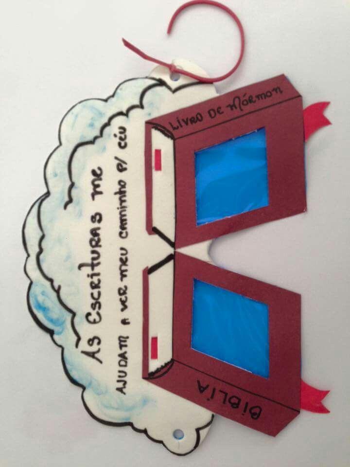 """A aula no berçário hj foi D+, eles adoraram!!! Aula 23 do manual do berçário: """"Amo as escritura"""". Imprimi a imagem e usei como molde. Fiz com papel color plus para a bíblia e o livro de mormon, celofane azul para as lentes e e.v.a branco para as nuvens. Eles amaram!!! Aproveitem a ideia e boa aula😉"""